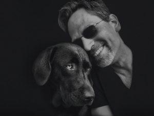 Portrait von Nils Krömer mit Hund