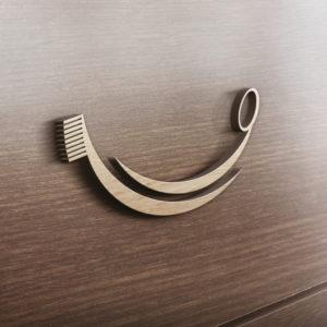 Zahnbürste Logo auf Holzwand