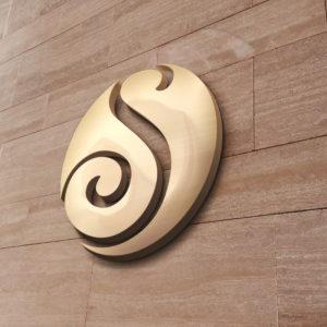 S Logo auf Steinwand