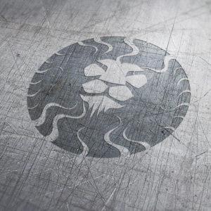 Löwenkopf Logo auf Metallfläche