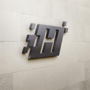 H Logo auf Steinwand