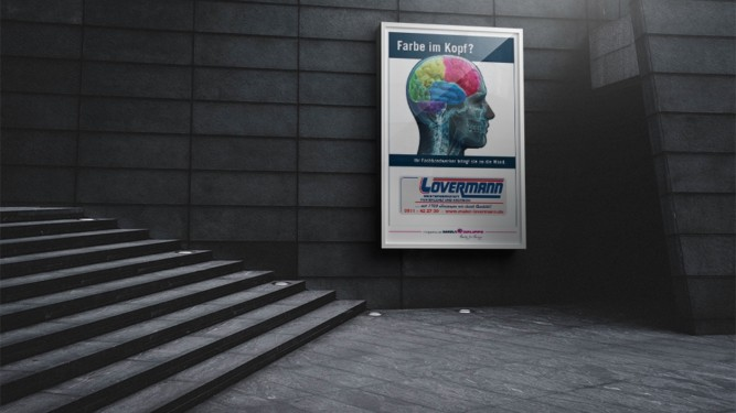 Plakat im Wechselrahmen auf grauer Wand