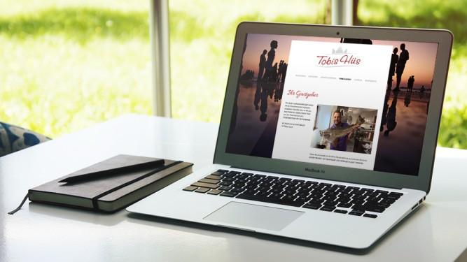Aufgeklapptes Notebook mit Webseiten Ansicht